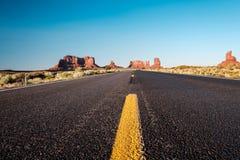 在纪念碑谷的空的风景高速公路 免版税库存照片