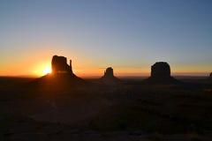 在纪念碑谷的美好的日出 图库摄影