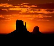 在纪念碑谷西部和东部手套小山的日出 库存图片