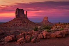 在纪念碑谷,亚利桑那的黄昏 免版税图库摄影