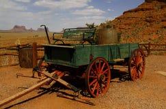 在纪念碑谷,犹他,美国的老无盖货车 库存照片