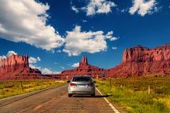 在纪念碑谷,犹他/亚利桑那,美国的高速公路 库存图片