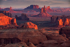 在纪念碑谷, Ari附近的狩猎Mesa那瓦伙族人部族雄伟地方 免版税库存照片