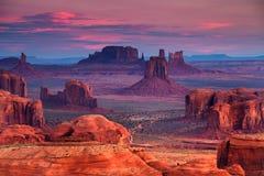 在纪念碑谷, Ari附近的狩猎Mesa那瓦伙族人部族雄伟地方 免版税库存图片