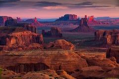 在纪念碑谷, Ari附近的狩猎Mesa那瓦伙族人部族雄伟地方 库存图片