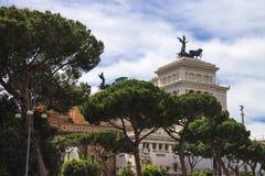 在纪念碑附近停放给胜者伊曼纽尔II 广场Venezia, R 库存照片