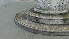 在纪念碑附近的两步 股票视频