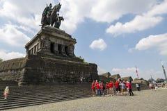 在纪念碑附近的足球迷对Kaiser威谦廉我在科布伦茨 库存照片
