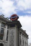 在纪念碑驻地的伦敦地铁标志 免版税库存图片