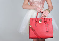 在纯净的背景的红色时髦的迷人的女性皮包 免版税库存照片