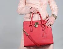 在纯净的背景的红色时髦的迷人的女性皮包 免版税库存图片