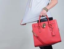 在纯净的背景的红色时髦的迷人的女性皮包 库存照片