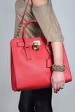 在纯净的背景的红色时髦的迷人的女性皮包 库存图片