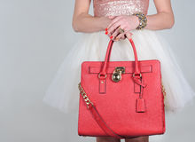 在纯净的背景的红色时髦的迷人的女性皮包 免版税图库摄影