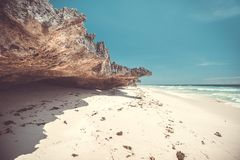 在纯粹岩石旁边的白色沙滩 印度尼西亚 库存图片