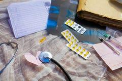 在纱背景的医疗辅助部件  免版税图库摄影