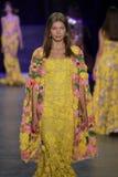 在纳伊姆可汗时装表演期间,模型走跑道 库存照片