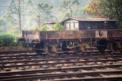 在纳努大矢火车站的老生锈的火车无盖货车 库存照片