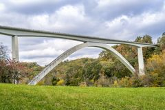 在纳奇兹小道公路的双重曲拱桥梁 免版税库存图片
