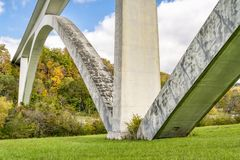 在纳奇兹小道公路的双重曲拱桥梁 库存图片
