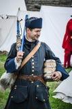 在纳尔瓦城堡的历史重建2013年8月10日,爱沙尼亚 免版税库存照片