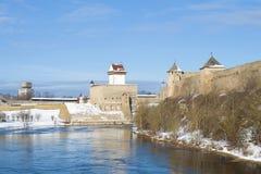 在纳尔瓦河的晴天 埃尔曼城堡和Ivangorod堡垒看法  爱沙尼亚和俄罗斯的边界 库存图片