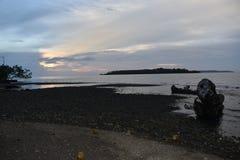 在纳比雷的海滩巴布亚印度尼西亚的日落 免版税库存图片