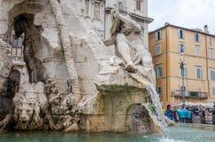 在纳沃纳广场雕刻一头狮子和一个人的大理石象四条河的喷泉的在罗马,意大利的首都,  库存图片