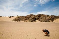 在纳米比亚供以人员搜寻沙子金刚石 图库摄影