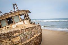 在纳米比亚沙漠的海岸的搁浅的小船 免版税图库摄影