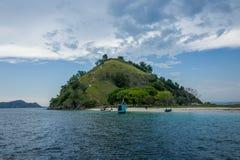 在纳闽Bajo附近的弗洛勒斯海滨在印度尼西亚 库存图片