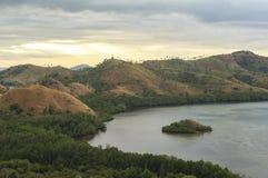 在纳闽Bajo,印度尼西亚的日落 免版税库存照片