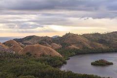 在纳闽Bajo,印度尼西亚的日落 图库摄影