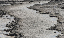 在纳什点岸,威尔士的被腐蚀的石高原 免版税库存图片