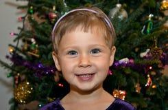 在纵向俏丽的结构树附近的圣诞节女&# 图库摄影