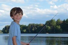 在纵向微笑之外的男孩 免版税库存图片