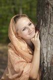 在纵向结构树妇女年轻人附近 库存照片