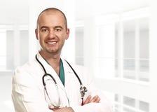 在纵向年轻人里面的医生 免版税库存照片