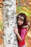 在纵向s结构树附近的美丽的女孩 库存照片