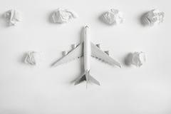 在纸云彩中的飞机式样飞行 免版税库存图片