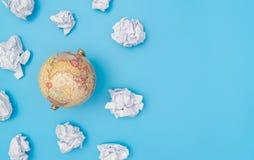 在纸云彩的世界地球 库存照片