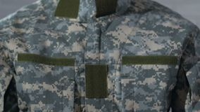 在纸写的PTSD在男性战士的手,在战争以后的精神障碍 影视素材