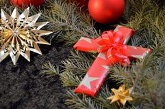 在纸包裹的十字架作为圣诞节的一个礼物 免版税库存照片