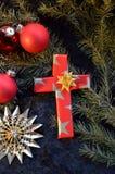 在纸包裹的十字架作为圣诞节的一个礼物 免版税库存图片