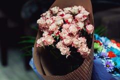 在纸包裹的桃红色玫瑰花束  图库摄影