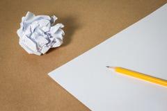在纸和被弄皱的纸的铅笔 企业失望、工作压力和不合格的检查概念 库存照片