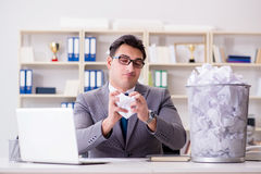 在纸回收的概念的商人在办公室 免版税库存照片