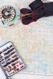 在纸地图背景的飞鱼的滑车 免版税库存照片