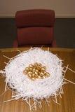 在纸巢的金黄鸡蛋 免版税库存图片