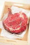 在纸张的带骨的肋骨眼睛牛排牛排 免版税库存图片